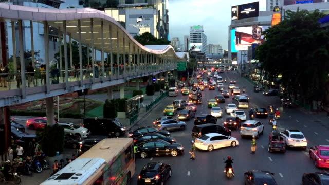dichten verkehr in bangkok - thailändische kultur stock-videos und b-roll-filmmaterial