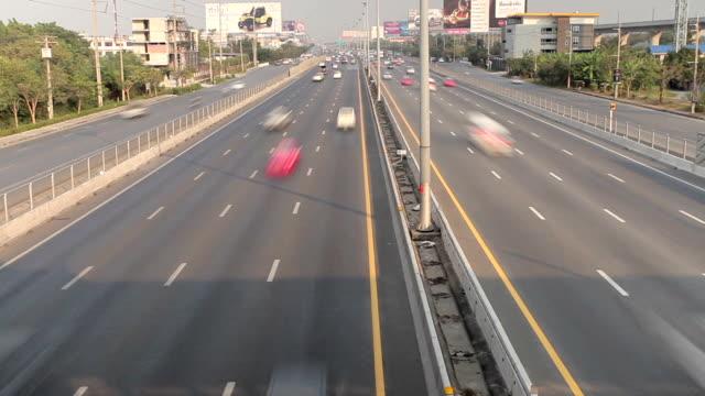 vídeos de stock e filmes b-roll de estrada de tráfego ocupado na super - acidente conceito