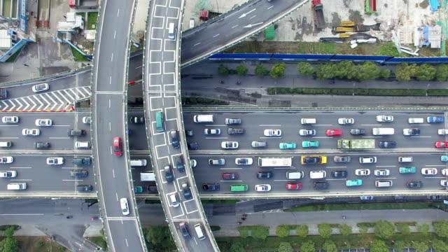 朝の近代的な都市のミッドタウンの高架道路の混雑。 - 主要道路点の映像素材/bロール