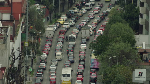 vídeos de stock e filmes b-roll de busy traffic on multilane road - traffic jam