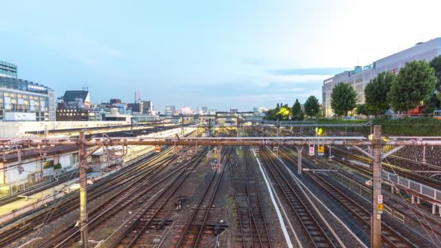 vídeos y material grabado en eventos de stock de intenso tráfico en la estación de tren en el centro de tokio en el crepúsculo. - vía de tren