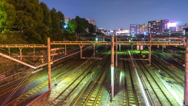 東京の夕暮れのダウンタウンの鉄道駅の混雑。 - railway track点の映像素材/bロール