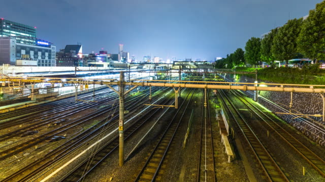 vídeos y material grabado en eventos de stock de intenso tráfico en la estación de tren en el centro de tokio en el crepúsculo. - estación edificio de transporte