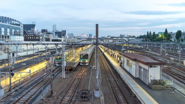 trafic intense sur la gare dans le centre de jour de tokyo à la nuit.