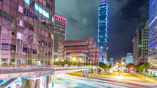 vídeos de stock, filmes e b-roll de tráfego ocupado na estrada no centro da cidade moderna no night.time lapso hyperlapse - taipé
