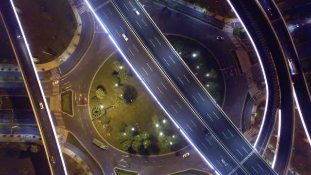 drukke verkeer op de doorsnede van de weg in de nacht