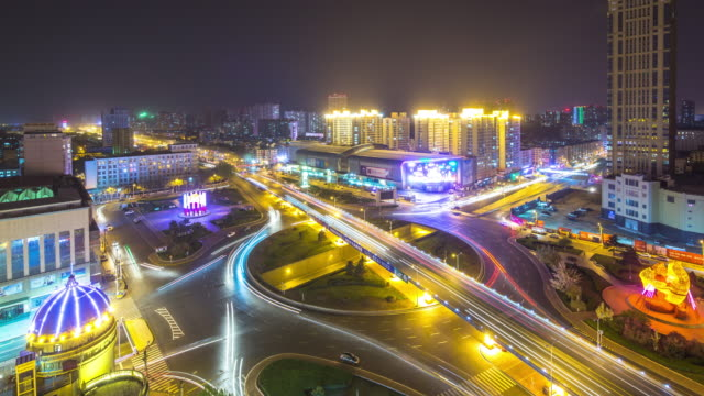 Verkehr auf der belebten Straße im der Innenstadt im harbin bei Nacht. zeitraffer 4 K