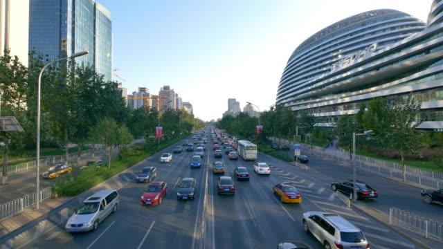 Belebten Verkehr auf der Urban Straße und moderne Gebäude in Peking, Zeitraffer 4 K