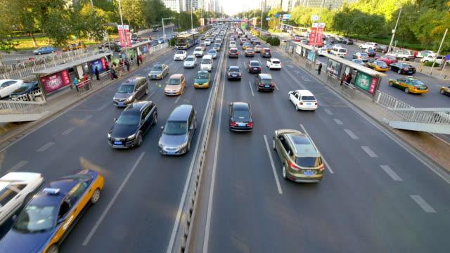 Belebten Verkehr auf der urban street und moderne Gebäude in Peking, Zeitraffer.