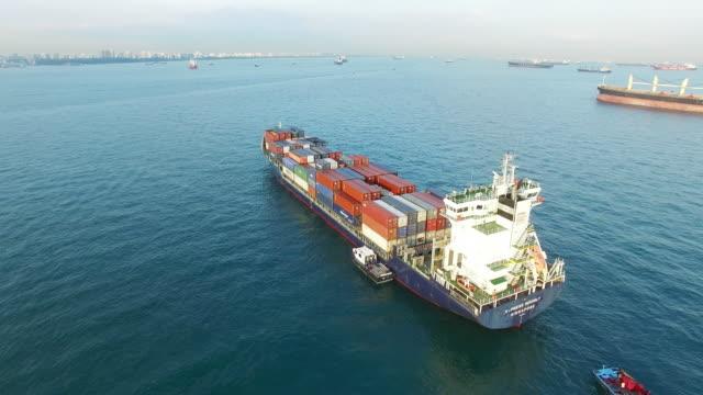 vídeos de stock, filmes e b-roll de tráfego ocupado na água em céu azul - vista do mar