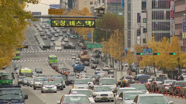 busy traffic on wide street in seoul south korea - ソウル点の映像素材/bロール
