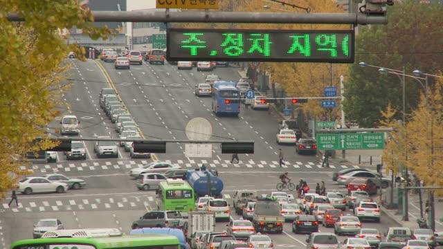 vídeos de stock, filmes e b-roll de busy traffic on wide street in seoul south korea - idioma
