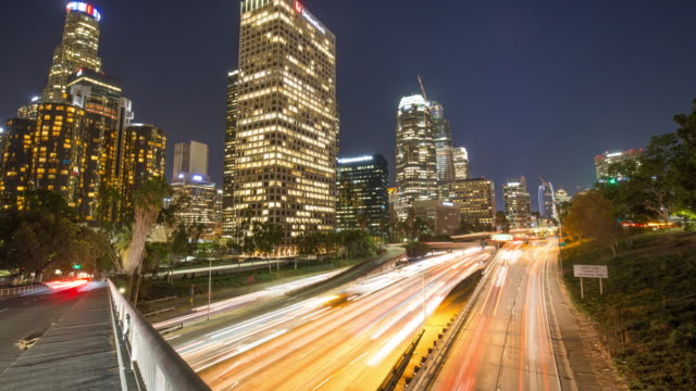stockvideo's en b-roll-footage met drukke verkeer via moderne stad bij nacht in los angeles, timelapse, 4k - city of los angeles