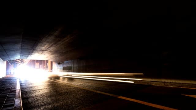 忙しい道路トンネルを北京で、夜のタイムラプスます。