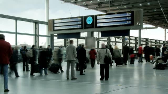 vídeos de stock e filmes b-roll de ocupado comboio de partidas/chegadas - territórios ultramarinos franceses