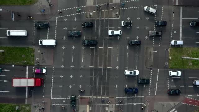 vidéos et rushes de busy urban intersection - effet de zoom