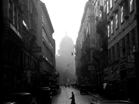vídeos de stock e filmes b-roll de 1936 -busy vienna streets - 1 minuto ou mais