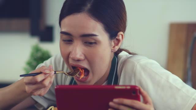 beschäftigte frauen essen - dieting stock-videos und b-roll-filmmaterial