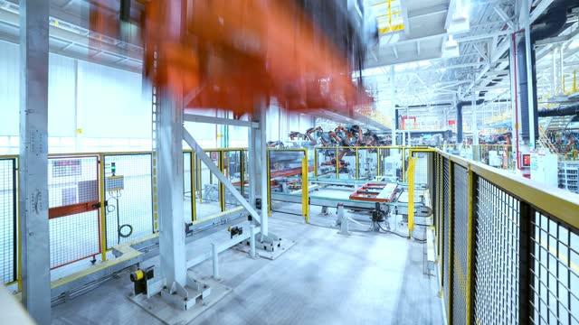 vídeos de stock, filmes e b-roll de trabalho ocupado em uma fábrica automatizada de produção de carros - indústria automobilística