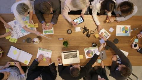 vídeos y material grabado en eventos de stock de reunión de trabajo ocupado - estrategia