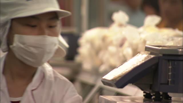 cu r/f busy workers wearing masks selling food in market, beijing, china - haarnetz stock-videos und b-roll-filmmaterial