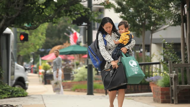 vídeos de stock e filmes b-roll de busy working mother holding child, groceries, briefcase and bag looking for car keys - multitarefas