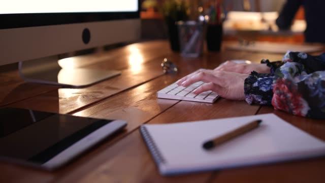 vídeos de stock e filmes b-roll de busy working nights - caderno de notas
