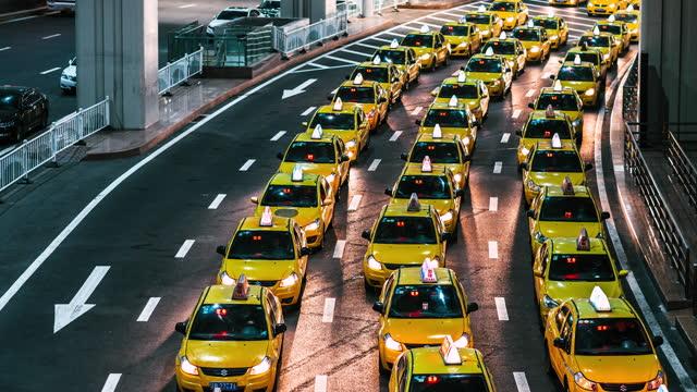 vídeos y material grabado en eventos de stock de t/l zi ajetreado colas de taxis amarillos en la salida del aeropuerto por la noche - fila arreglo