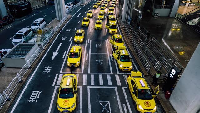 t/l pan busy yellow taxi queues at the exit of airport at night - yellow taxi bildbanksvideor och videomaterial från bakom kulisserna