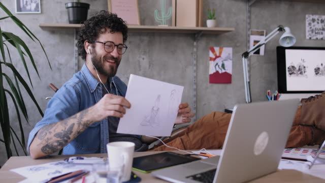 vídeos de stock, filmes e b-roll de ocupado a jovem freelancer trabalhando no escritório de casa - designer profissional
