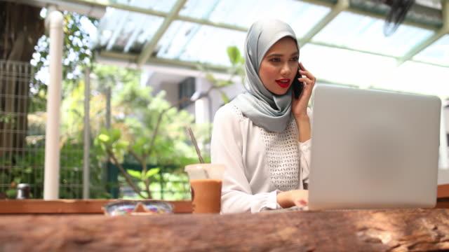 vielbeschäftigte junge muslimische geschäftsfrau - menschenrechte stock-videos und b-roll-filmmaterial