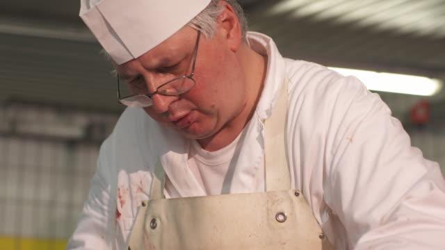 stockvideo's en b-roll-footage met butcher, close shot - alleen één oudere man