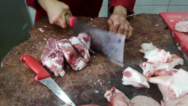 Een slager snijdt en bereidt vlees