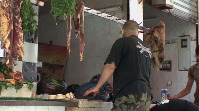 vídeos y material grabado en eventos de stock de ms butcher cutting camel meat, fez, morocco - carnicero