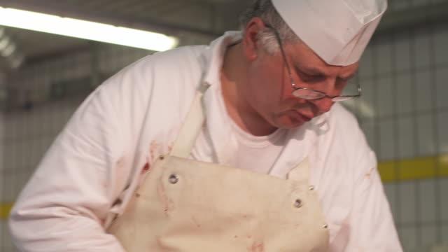 stockvideo's en b-roll-footage met butchery - alleen één oudere man