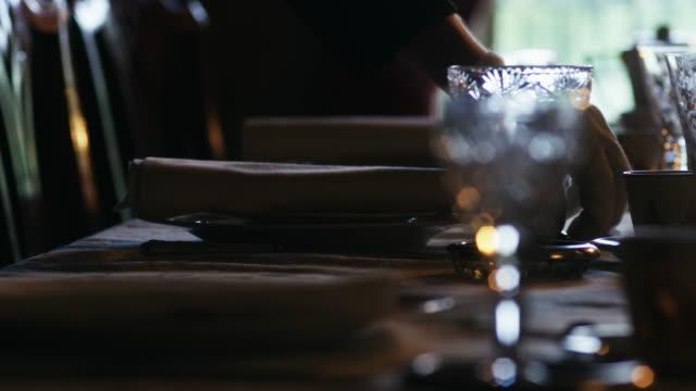 vídeos de stock e filmes b-roll de cu tu butler preparing dining table / edinburgh, scotland, united kingdom - sala de jantar