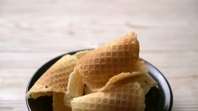 vidéos et rushes de gaufre croustillante au beurre et au lait - waffles