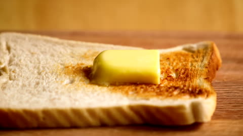 vídeos y material grabado en eventos de stock de mantequilla fusión sobre pan en tiempo laspe - tostada