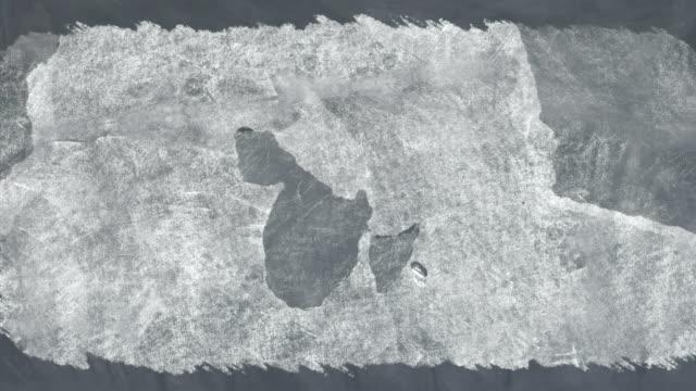 vídeos de stock e filmes b-roll de butterfly on chalkboard - borracha material de escritório