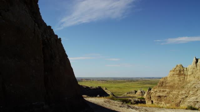 buttes car drive badlands south dakota national park - south dakota stock-videos und b-roll-filmmaterial