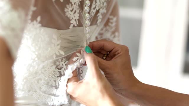 Buttoning trouwjurk