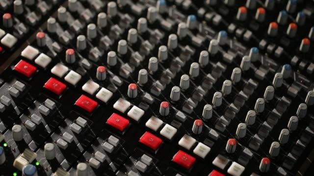 vidéos et rushes de buttons on a console sound - mixage du son