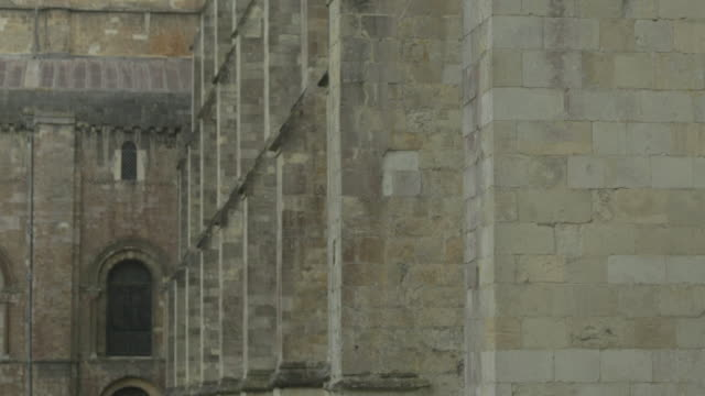 buttresses at winchester cathedral - 英国ハンプシャー点の映像素材/bロール