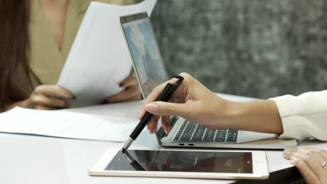 kaufen und verkaufen unterzeichnen unterzeichnung in vertrag vertrag auf tablet zusammen - kunden orientiert stock-videos und b-roll-filmmaterial