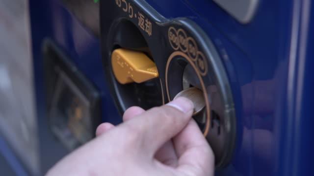 köp vatten form varuautomat. - infoga bildbanksvideor och videomaterial från bakom kulisserna
