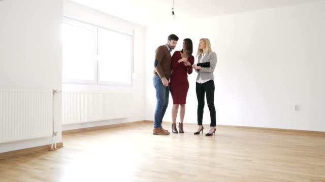 vídeos de stock e filmes b-roll de buying a home - vender
