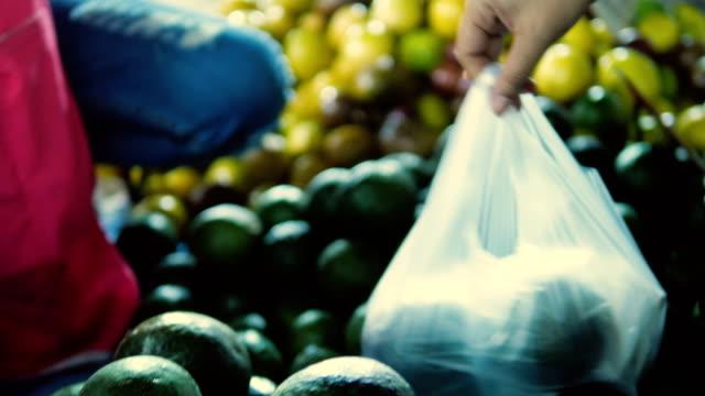 vidéos et rushes de achat avocat au marché de plancher - brocante