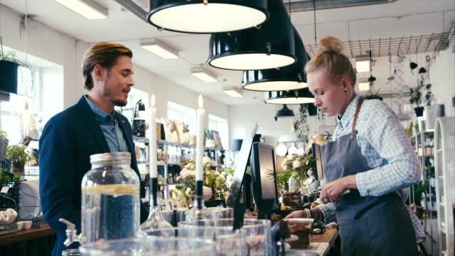 kuchenkauf in einem schönen modernen café (slow motion) - arbeitsplatte stock-videos und b-roll-filmmaterial