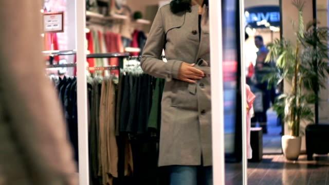 vídeos y material grabado en eventos de stock de de compras en una tienda de ropa de venta al por menor de espejo. - colección de la moda