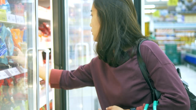 vídeos de stock, filmes e b-roll de comprar: loja de conveniência - frio